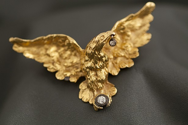Yellow gold brooch