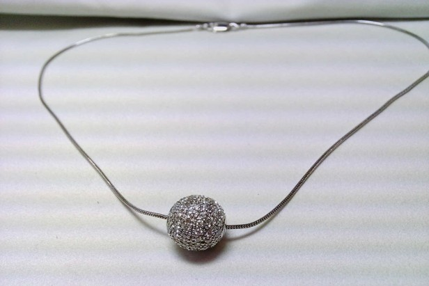 Necklace in white gold with diamond ball