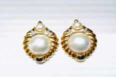 Gold Earrings with Mabe Pearl and Sapphire cabuchon
